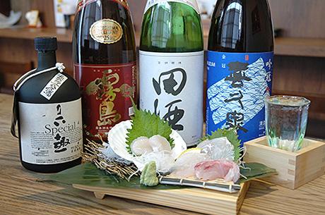日本酒と刺し身の写真